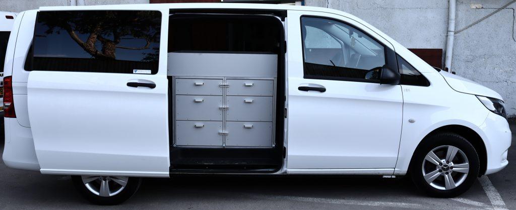 """זיווד רכבים פתרונות זיווד לרכב. מגירות פלסטיק לרכב מחומרים מחוזקים וקלי משקל. תאי פלסטיק עם חלוקה פנימית מודולרית, ארוניות לרכב. שילוב של מגירות בעומקים עד מטר ובגבהים שונים בשילוב מערכת מסילות שליפה מלאה למשקלים של עד 60 ק""""ג למגירה בשילוב של אלומיניום לחיזוק וחסכון של משקל לרכב."""