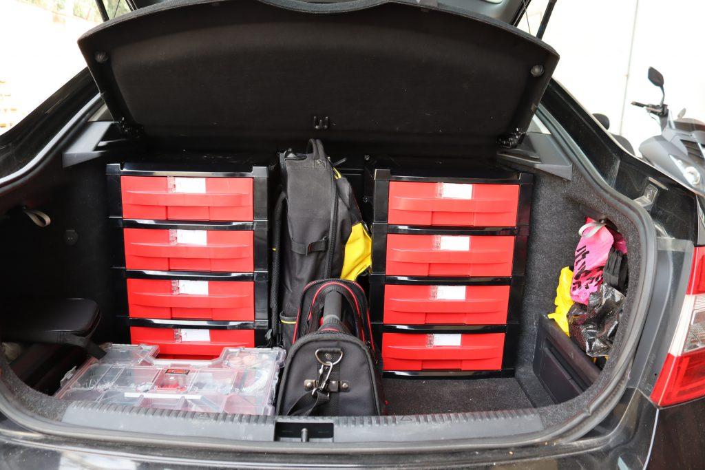 """פתרונות אחסון לבגאז רכב, ארגונית לתא מטען בגאז רכב. רב תא לתא בגאז רכב יתרונות מערכת זיווד ודיגום רכב מסחרי: משקל – המערכת מיוצרת מחומרים מחוזקים וקלי משקל הנותנים חוזק ויציבות למערכת האחסון בזמן נסיעה. חסכון - חיסכון בצריכת הדלק ובלאי נמוך למערכת הבולמים והקפיצים של הרכב. מודולריות - יחידות הזיווד מודולריות ומאפשרות שינוי אופן האחסון ברכב והעברת האחסון המודולרי מרכב לרכב לפי הצרכים. תכנון – ניצול מקסימלי של השטח הניתן לאחסון וזיווד ברכב. זיווד רכבים / דיגום רכב מסחרי / מגירות עומק 70 ס""""מ בגבהים שונים בשילוב מסילות שליפה מלאה למשקל 50 ק""""ג כל מגירה בשילוב מסגרת אלומיניום זיווד רכבים / זיווד ברלינגו במגירות בגבהים שונים בעומק של 70 ס""""מ זיווד, זיווד רכב, איחסון רכב, מידוף , מידוף רכבים, פתרונות איחסון, ארגז רכב, מגירות לרכב, ציוד זיווד, ציוד איחסון, מדפים לרכב, זיווד נשלף, מידוף, מזוודות ודיפונים לרכב, דיפון רכב, זיווד טנדרים, דאבל קאבינה, זיווד לרכב מסחרי, זיווד לטנדרים, מערכות מגירות שליפה מלאה עם מסילות טלסקופיות, מזוודות שירות רב תא נשלפות לקבלת הפתרון המושלם לדיגום וזיווד הרכב. מגירות לרכב   מגירות אחסון לרכב   מערכות מגירות שליפה מלאה עם מסילות טלסקופיות   חלוקה פנימית של מגירות לרכב מגירות לרכב מחיר / בניית מגירות לרכב / כמה עולה זיווד לרכב / פתרונות אחסון לרכב / מידוף לרכב מסחרי / פתרונות זיווד לרכב   זיווד רכבים   זיווד לרכב   פתרונות זיווד לרכבים   דיגום רכבים מגירות לרכב   מגירות אחסון לרכב   אחסון לרכב"""