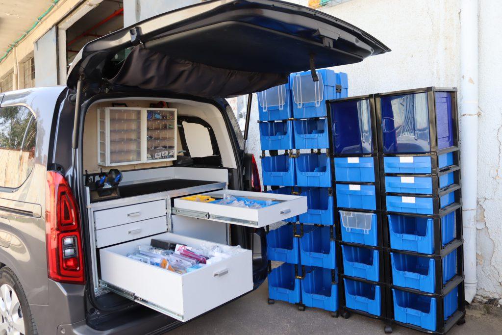 זיווד רכבים | זיווד לרכב | פתרונות זיווד לרכבים | דיגום רכבים | מגירות לרכב | מגירות אחסון לרכב |בניית מגירות לרכב פתרונות זיווד לרכב - ליגום מפתחת מייצרת ומשווקת מערכות אחסון מודולריות ייחודיות מפלסטיק, המספקות מגוון רחב של אפשרויות אחסון הכוללות מערכות ועמדות עבודה קבועות או ניידות. המערכת המודולרית מאפשרת הרחבת ו/או ניידות אזורי אחסון בהתאם לצרכים. מערכת פתרונות הזיווד לרכב מאפשרת מגוון רחב של צורות אחסון כגון: מגירות פלסטיק, תאי פלסטיק, ארונות פלסטיק ומדפים המיוצרים מחומרים מחוזקים וקלי משקל. מגירות לרכב מסחרי ברלינגו | מגירות טלסקופיות לרכב, מערכות מגירות שליפה מלאה עם מסילות טלסקופיות עד לאורך מטר